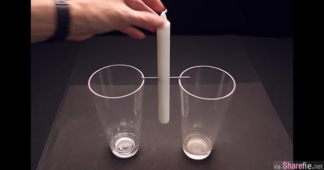 他在两个玻璃杯中间放了一根蜡烛,两头都点燃后竟出现意想不到的效果