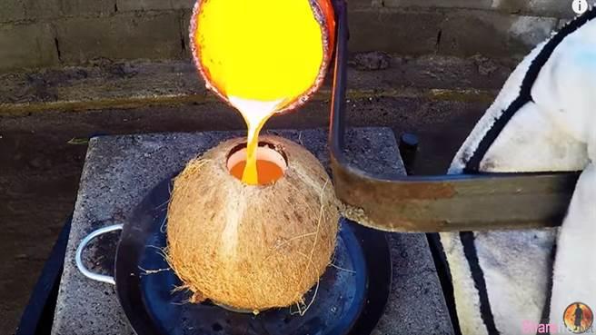 他把一千度的液态铜倒进椰子以为椰子会溶掉 没想到结果是这样