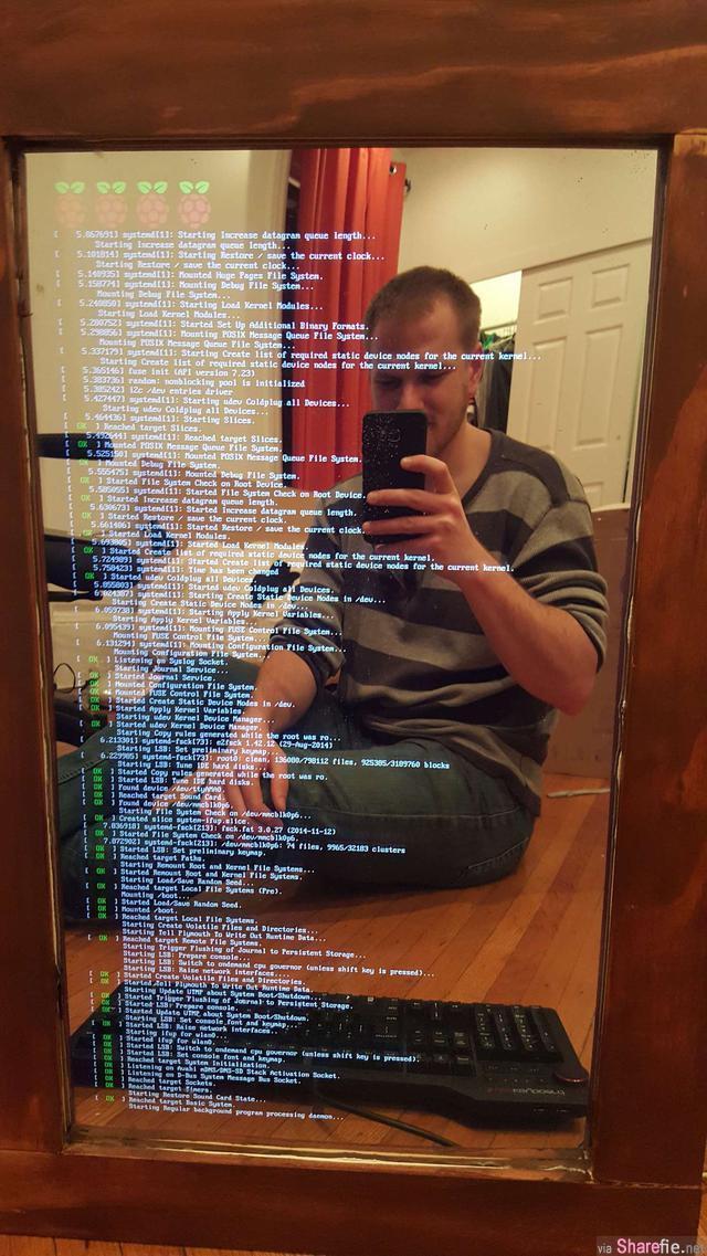 他买了一个电脑荧幕和一个双面镜子 以后就不需要再对女友甜言蜜语了