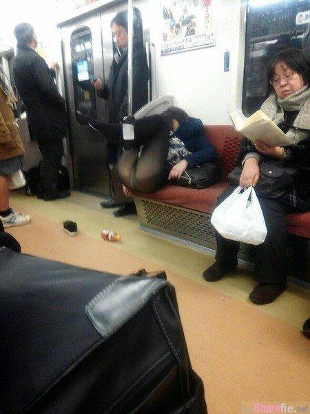 「你的小裤裤被看光啦!」电车内高中妹太睏怒睡 竟睡到双腿开开露出私密小底裤