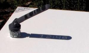 这是一个不插电不用任何电子器材 却能够显示电子数字的日晷