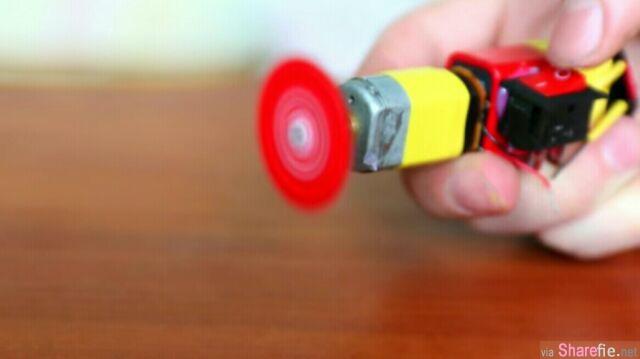 """他把汽水瓶盖敲扁剪成齿状,再黏接着这样""""东西""""后就变成一个超棒的小「工具」!"""