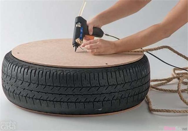 奇怪男子为什么捡个废弃轮胎回家,没想到他竟用轮胎做了这个