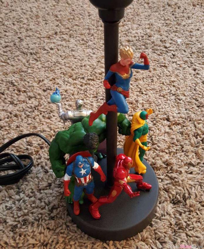 他把超级英雄玩具黏在灯座上,然后喷漆出来的发光效果会让你想出高价买下来