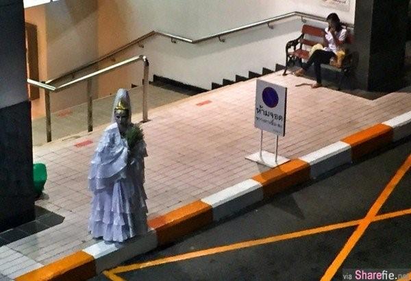 """泰国曼谷街头惊现""""观音""""截的士 网友神回让人笑翻"""