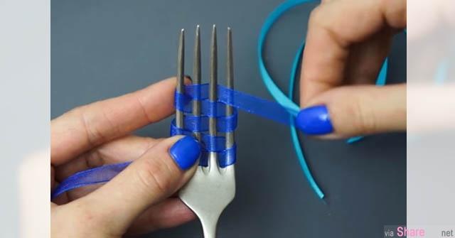 奇怪她把缎带缠在叉子之间,看到完成品,你就知道以后送礼物第一个要准备的就是叉子了