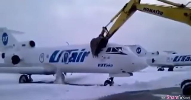 他被航空公司开除后,就怒气的「开着挖土机到机场」然后瞄准...