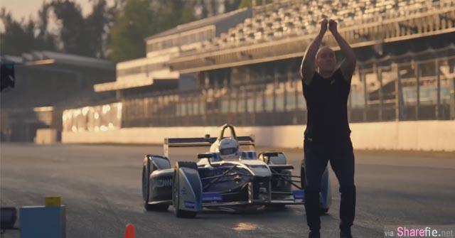 一辆F1赛车以时速一百公里冲向男子 非旦不闪开  他还做出更惊人的举动