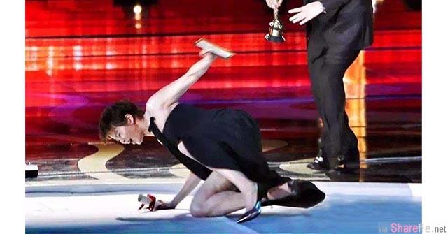 梁咏琪台上颁奖,误踩冰区 整个惨摔在舞台