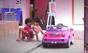 泰国7岁连体童共用双腿 两人只能用4手2脚合力的用螃蟹走法去上学