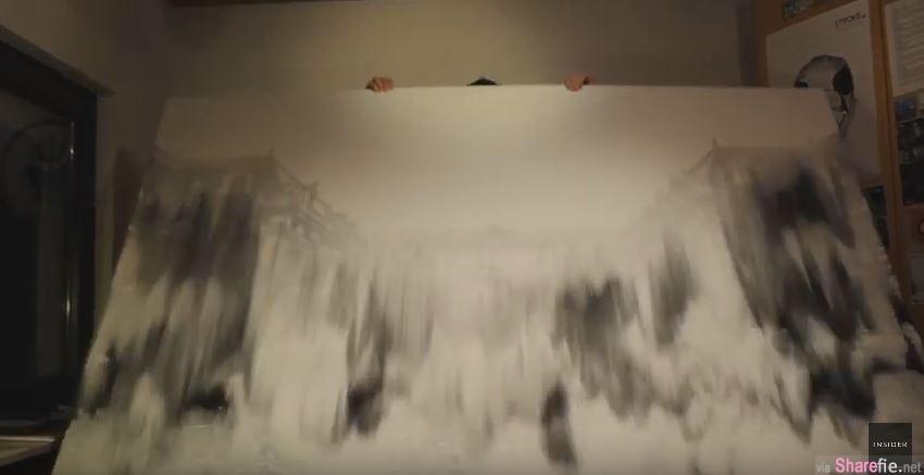 他把铺满沙子的垫板举起,沙子掉下后出现的画面让人超惊艳