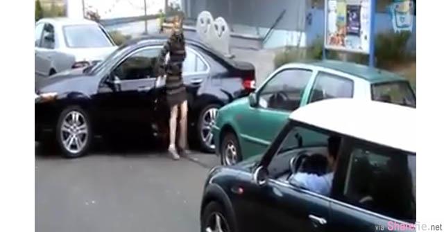 这停车位太狭小,女子试了好久都没办法把车子停好, 身后不耐烦的男子走向她....