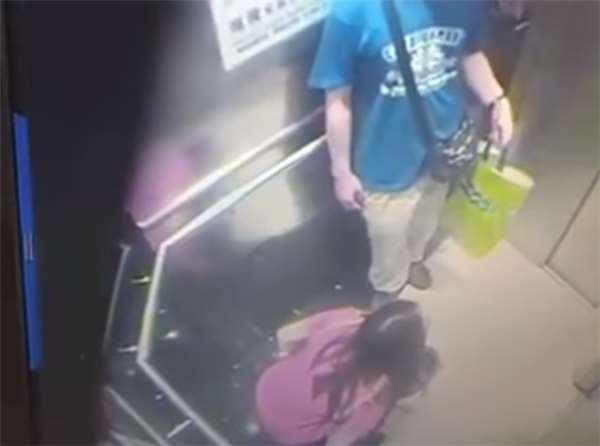 这女子一进电梯后马上催男子关门,她不知道接下来她把裤子脱下的事情被拍的一清二楚