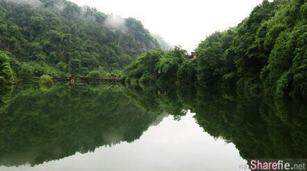 他与母亲到峨嵋山旅游时拍下了这个湖泊 没想到事后检查竟发现齐天大圣显灵照片中
