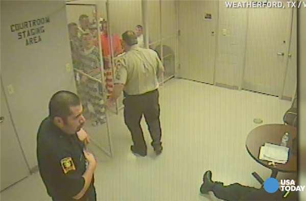 这一群美国囚犯竟然轻松的就把牢门撞开,但他们不是越狱 而是做出让网友感动的事