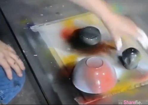 他把几个碗盖在上面  一开始还看不懂 当他把碗拿起来后出现的效果太神奇了