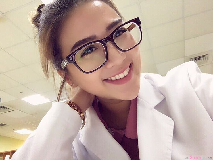 超正护理师,古铜色肌肤厚唇丰臀,这张更衣室的照片被网友发现有亮点