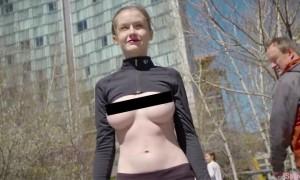 为了响应解放乳头运动追求女权 这名23岁嫩模掀开上衣露出美奶在街头逛街摄影