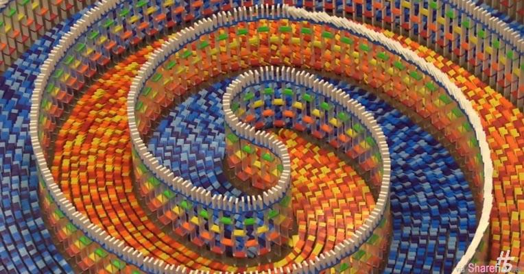 她用了15000个骨牌花了8天排列了这一个三种不同设计超级独特的三重螺旋阵