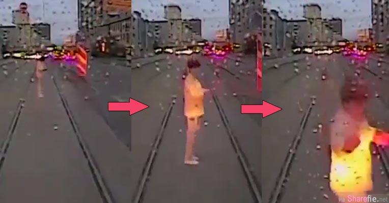 这名俄罗斯女子站在轨道低头玩手机 结果遭列车迎面撞上 (影片)