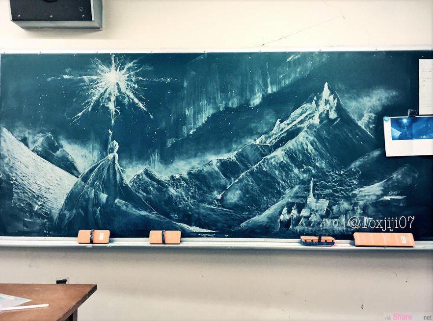 这名神人老师被学生「点菜」在黑板上画出动画《你的名字》 神还原作品让学生看了会跪