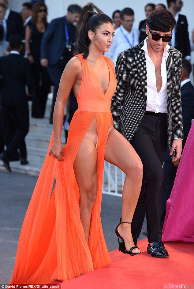 威尼斯影展首映会主角被冷落,摄影师全都被这两名走红毯「露私密处毛」的女模给吸走了(影片)