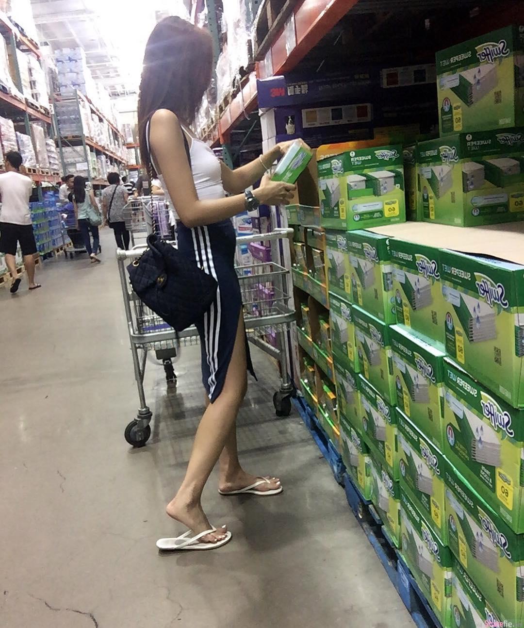逛超市遇到高开衩长腿妹妹 ,慢慢的靠近原来遇到女神