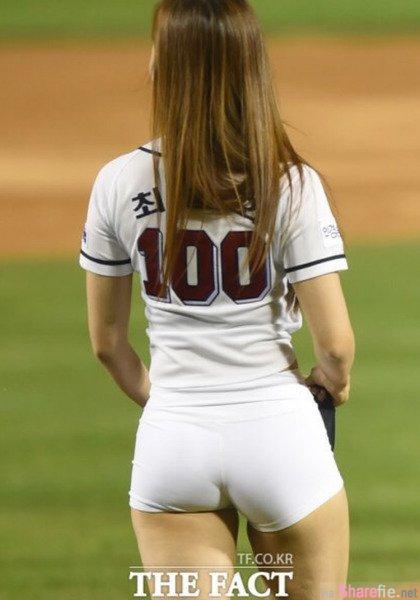 韩国正妹 Choi Seol Hwa 穿白色紧身短裤开球...一字马露出的结实蜜桃臀线也让网友裤裆硬硬的(影片)