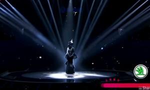 这名台湾女歌手来到蒙面唱将猜猜猜演唱Beyond粤语歌曲《冷雨夜》 网友:一听就知道是她