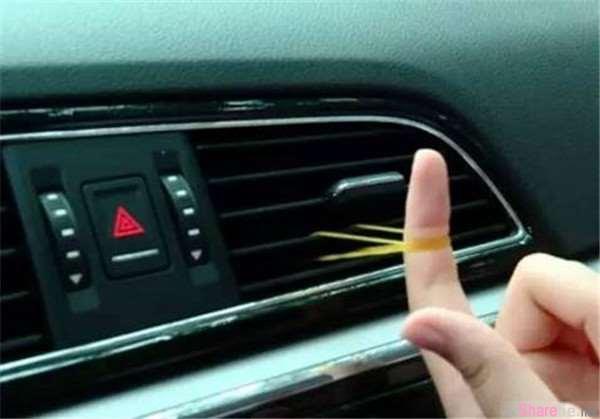她小心的把橡皮筋塞进汽车冷气孔里,朋友以为他傻了,知道他的鬼点子后大家都安静了