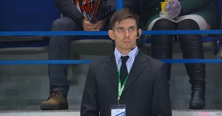 一脸严肃的保安被摄影机TAKE到 没想到他竟然解开外套然后现场就陷入了疯狂状态