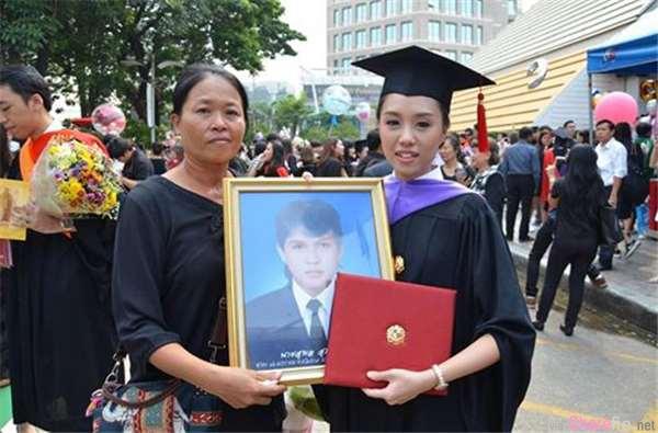 女儿即将毕业,一身朴素的穷母亲:「让妈妈参加,会不会让你丢脸?」结果女大生的回应让人好想哭