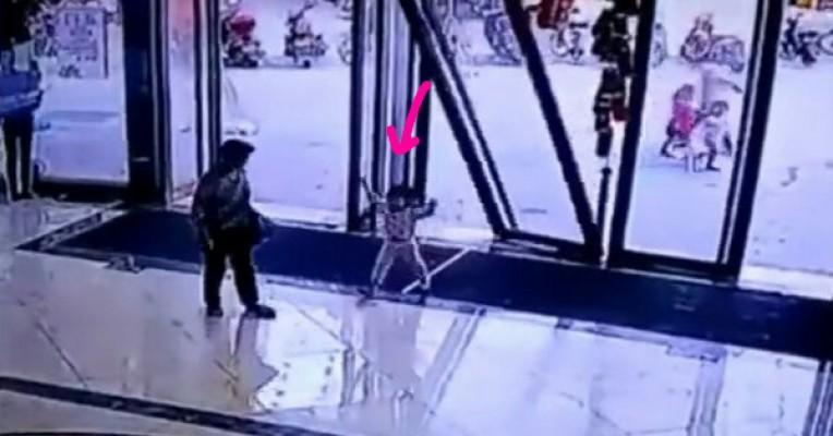 恐怖!中国3岁女童遭倒塌的商场玻璃门 整个压趴在地上