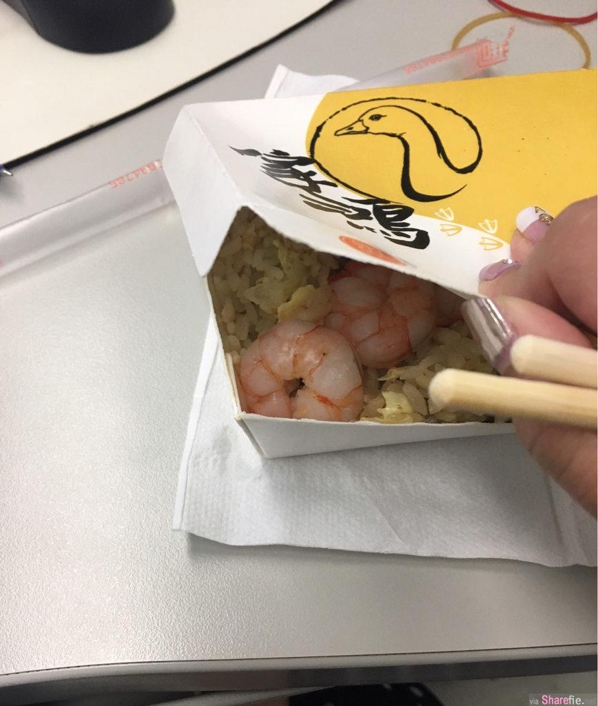 他偷偷掀开饭盒看到超肥美的虾仁就决定选这盒 当他打开后感觉被老闆推了下去