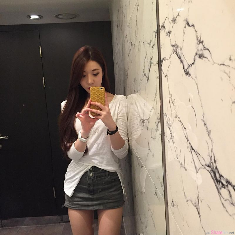 韩国正妹 Young 精緻脸蛋,酒店内衣自拍晒出美妙身段