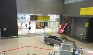 俄罗斯醉酒司机开车闯入机场大厅 一路过关斩将 网友:超强大的真实版GTA