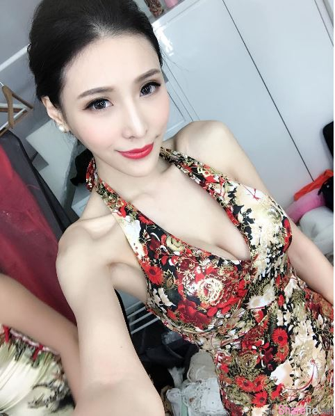 辣妹DJ XIN 李小星缎带比基尼有种包不住的感觉