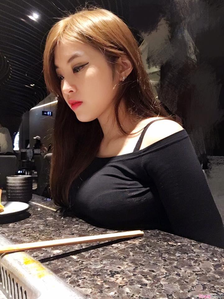 台湾爆乳妹 Yumi.k出门镜子玩自拍 深沟让路人很不专心