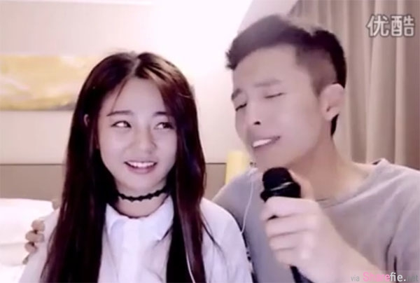 超正女生邀男友合唱情歌 明明很正但网友的焦点全落在她身旁的男友