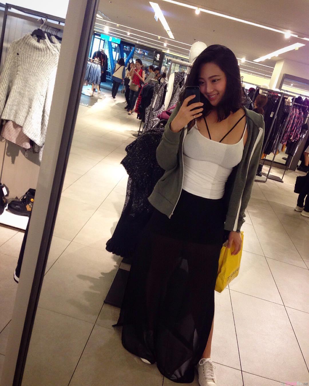 台湾正妹Sophia林祐安,贴身上衣包不住的火辣