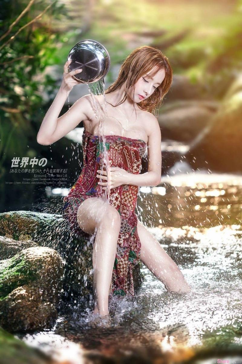 泰国爆乳正妹 野外山中沐浴水花四溅 网友:可以一起洗刷刷吗