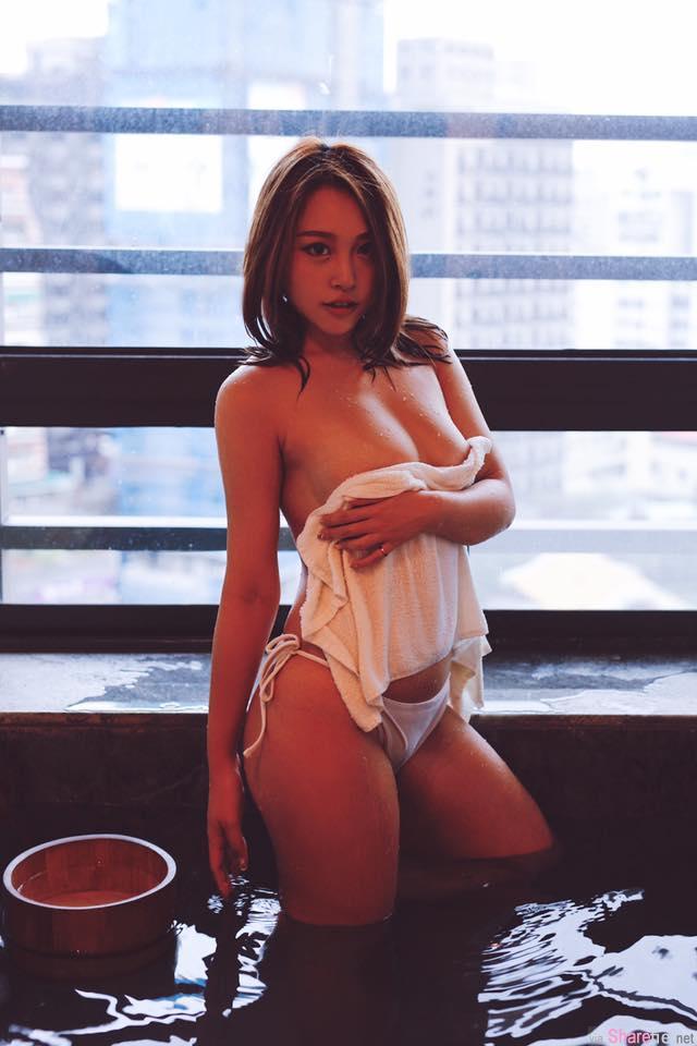 台湾直播正妹苔苔 一席深V洋装现身酒会 手放开后画面更养眼