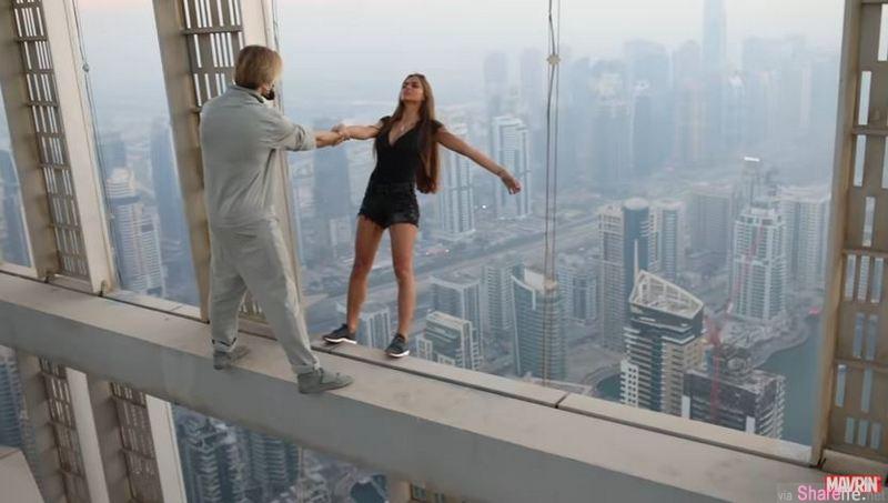 俄罗斯辣模玩命拍美照 单手悬挂杜拜摩天楼  网友:拿生命开玩笑