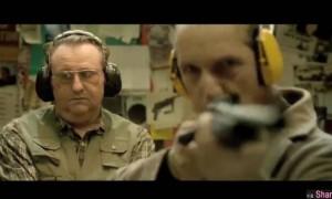 他连开两枪竟连标靶都没射中,身后小胖一脸不屑,不过当他开出第3枪,结局让人出乎意料