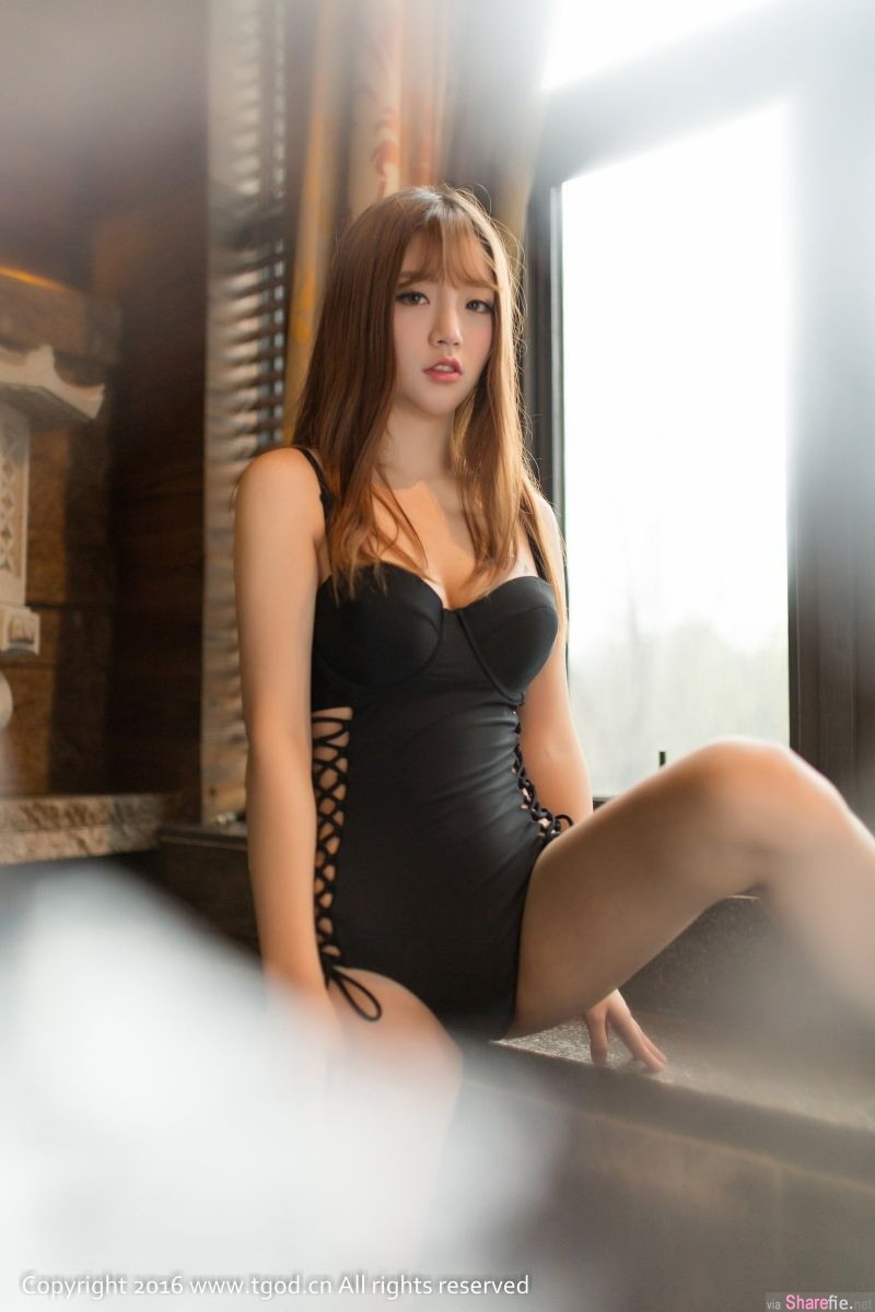 性感正妹程彤颜Gin 中空大开露出美好身材 网友:想当她摄影师