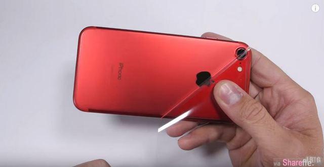 他觉得苹果最新红色iphone7配白色正面太丑 以为黑红配是用全屏保护贴 没想到居然用「这招」 网友:超专业的