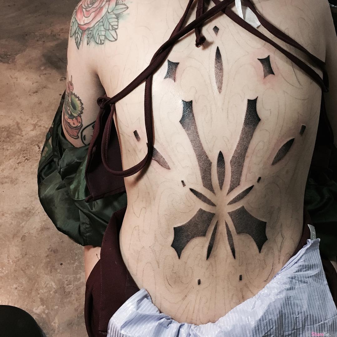 香港刺青正妹石希露,背部裸纹身超霸气