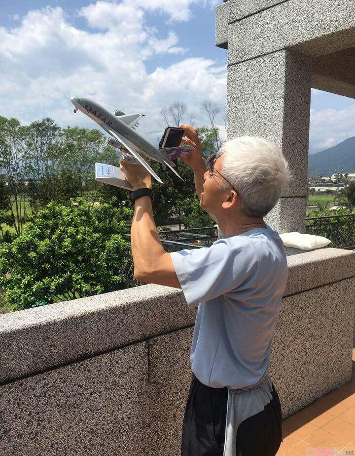 老爸拿着相机对着模型飞机狂拍 真正目的让人笑出来