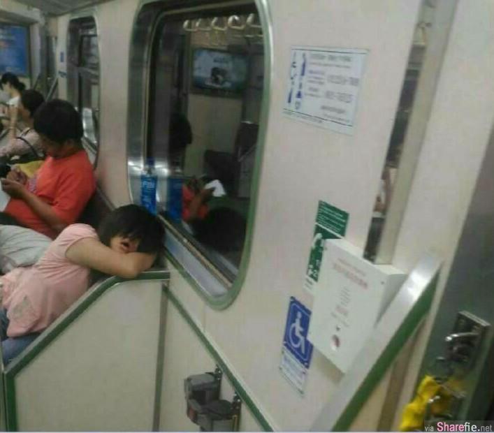 男子搭火车突然感觉有妹子在偷看她 走近想跟妹妹搭讪 结果下一秒GG了
