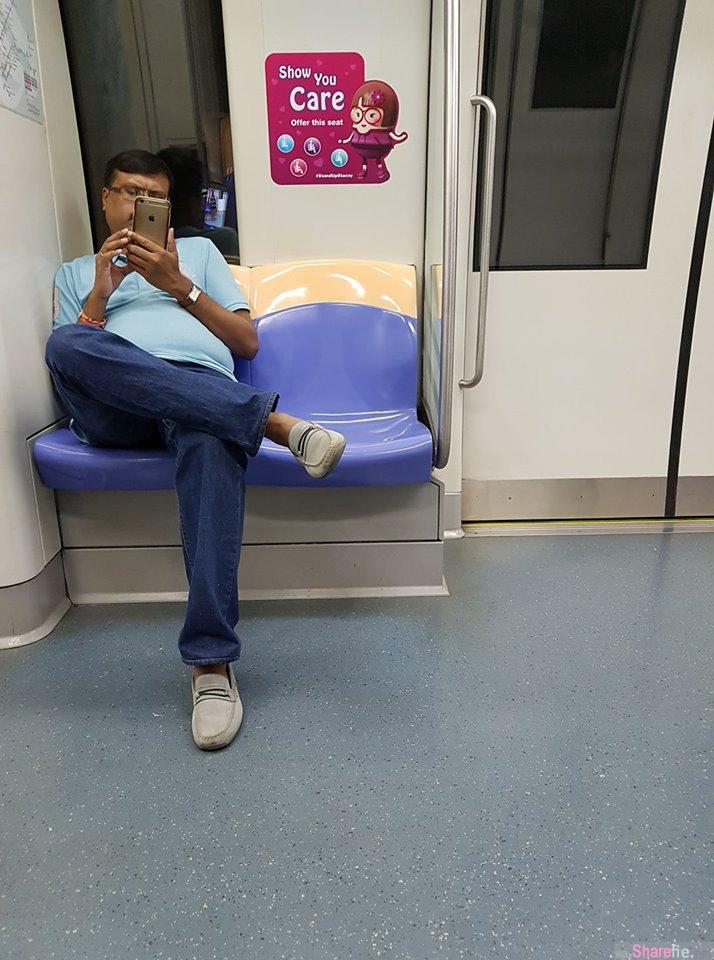 新加坡印度男地铁偷拍 身后车窗镜出卖他